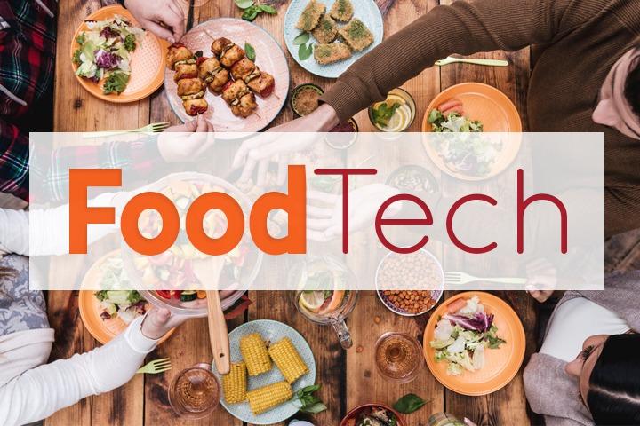 """Des gens qui font des dégustation à table avec un encart """"Foodtech"""""""